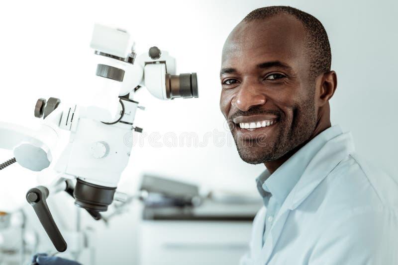 Με κοντά μαλλιά ακτινοβολώντας γιατρός αφροαμερικάνων που χαμογελά ανοιχτά στοκ εικόνες με δικαίωμα ελεύθερης χρήσης