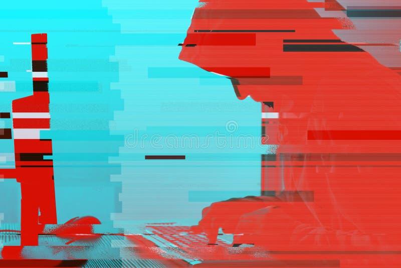 Με κουκούλα χάκερ υπολογιστών που εργάζεται στον υπολογιστή προσωπικού υπολογιστή γραφείου στοκ εικόνα