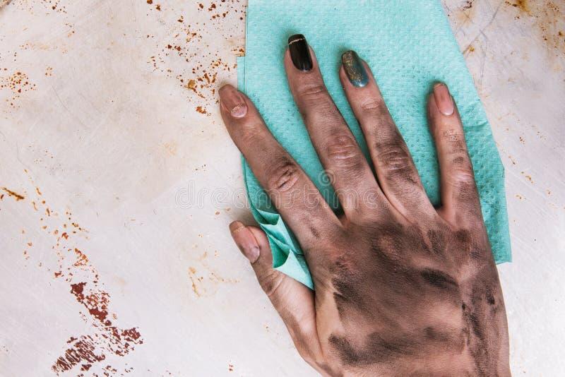 Με λίγα προσόντα καθαρισμός χεριών εργασίας βρώμικος θηλυκός στοκ εικόνες