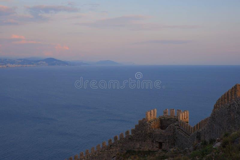 με τα βουνά το alanya πόλεων ανοίγει με τις όμορφες απόψεις της Μεσογείου και του αρχαίου φρουρίου ηλιοβασίλεμα, ρόδινα σύννεφα στοκ εικόνες