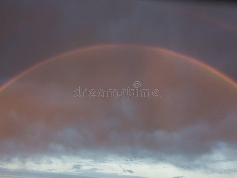 Με τα σύννεφα θύελλας μετά από το ισχυρό ουράνιο τόξο βροχής στοκ εικόνα με δικαίωμα ελεύθερης χρήσης