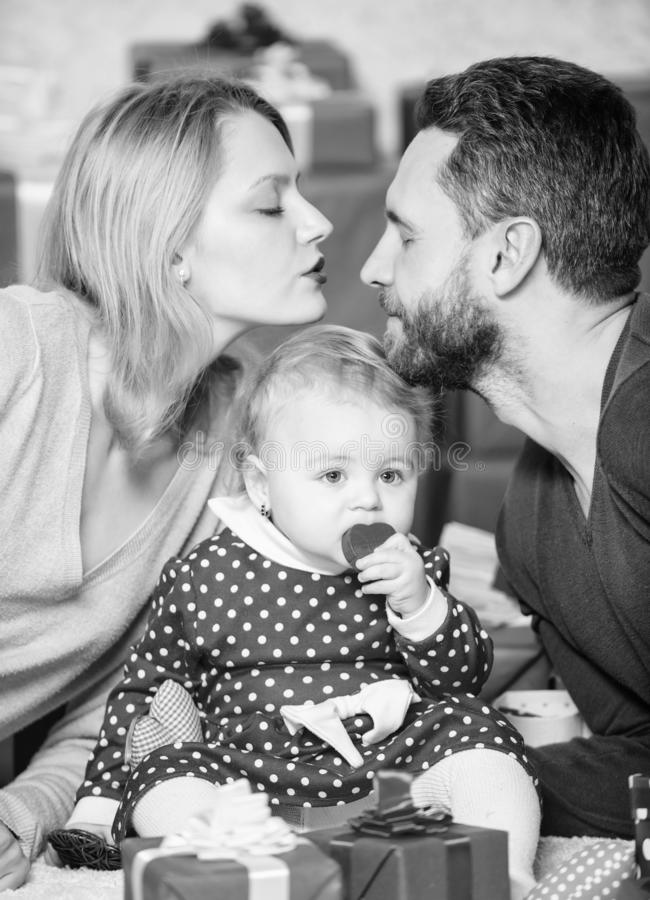 Με φιλήστε πατέρας, μητέρα και doughter παιδί Αγάπη και εμπιστοσύνη στην οικογένεια Γενειοφόροι άνδρας και γυναίκα με το μικρό κο στοκ εικόνες