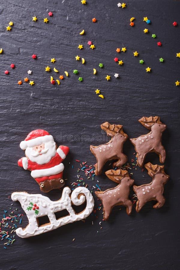 Μελόψωμο Santa στο έλκηθρο που τραβιέται από την κινηματογράφηση σε πρώτο πλάνο ταράνδων Vertica στοκ φωτογραφία