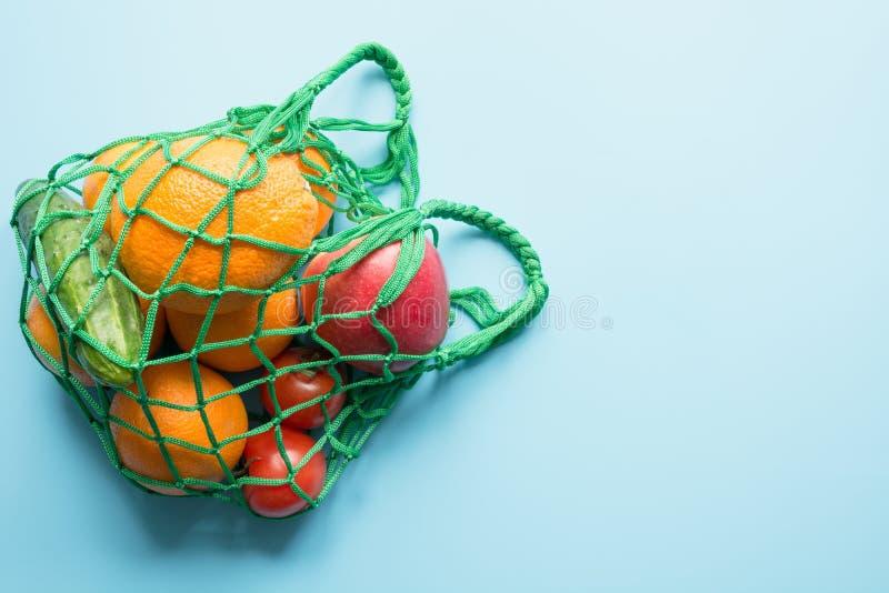 Μηά έννοια αποβλήτων Πράσινη υφαντική τσάντα αγορών με το φρέσκα πορτοκάλι και τα λαχανικά Διάστημα για το κείμενο στοκ εικόνες με δικαίωμα ελεύθερης χρήσης