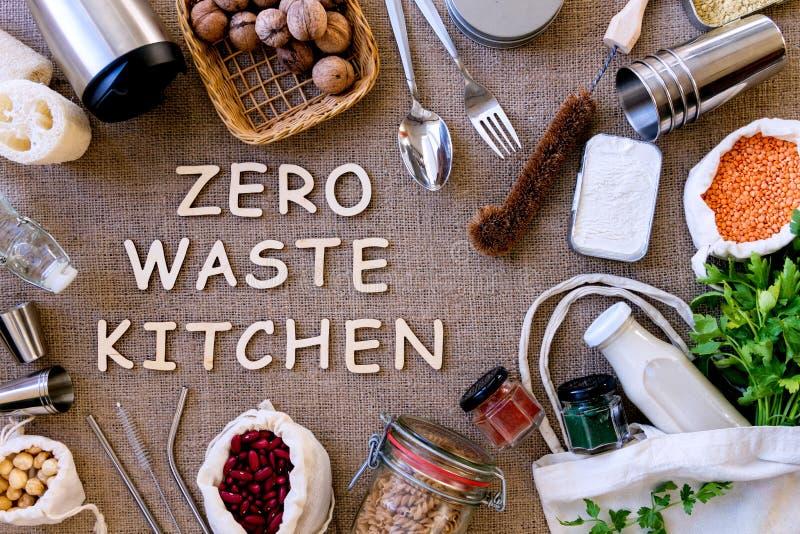 Μηά σχετικά με την κουζίνα αντικείμενα αποβλήτων με τα τρόφιμα στοκ εικόνες