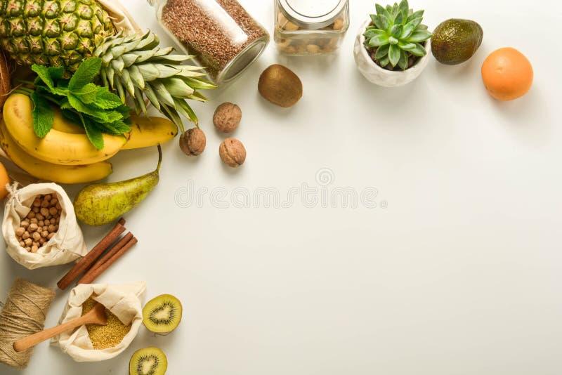 Μηδέν πλαίσιο έννοιας αποβλήτων Αποθήκευση τροφίμων Φρούτα και δημητριακά στις υφαντικές τσάντες eco, βάζα γυαλιού με τα δημητρια στοκ εικόνες