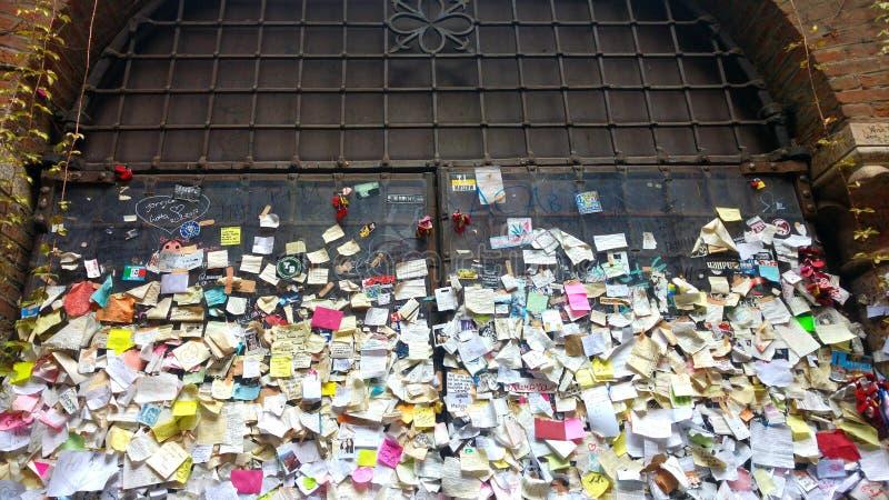 Μηνύματα της αγάπης σε ένα τηγάνι στο ναυπηγείο Julia& x27 σπίτι του s στη Βερόνα στοκ φωτογραφία