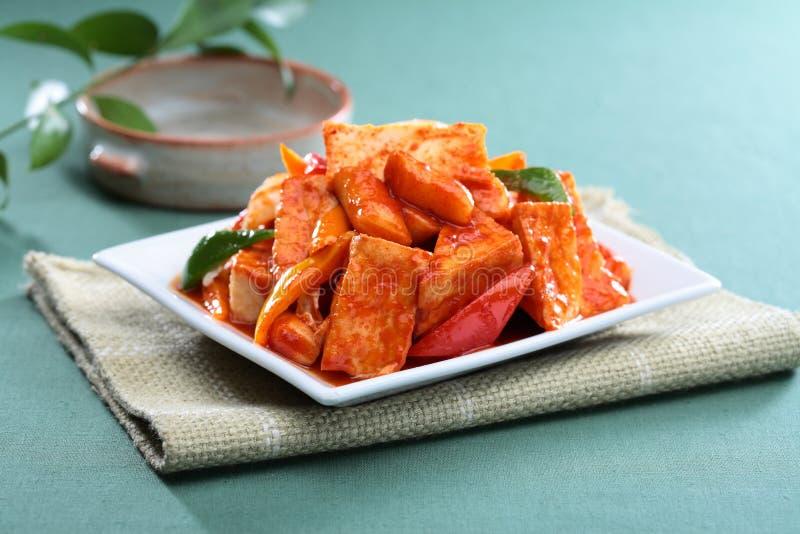 Μηνύστε το τηγανισμένο tofu κέικ ρυζιού με την ντομάτα στο άσπρο πιάτο στο tableclot στοκ εικόνα