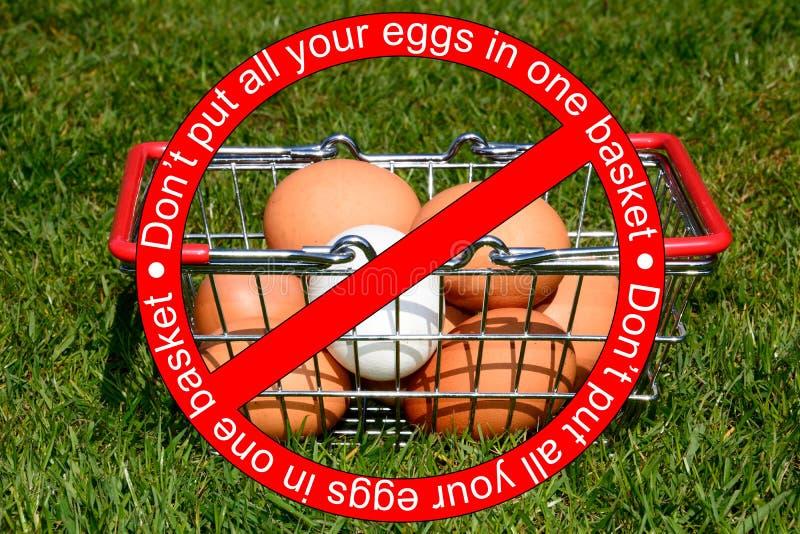 Μην βάλτε όλα τα αυγά σας σε ένα καλάθι στοκ εικόνες με δικαίωμα ελεύθερης χρήσης