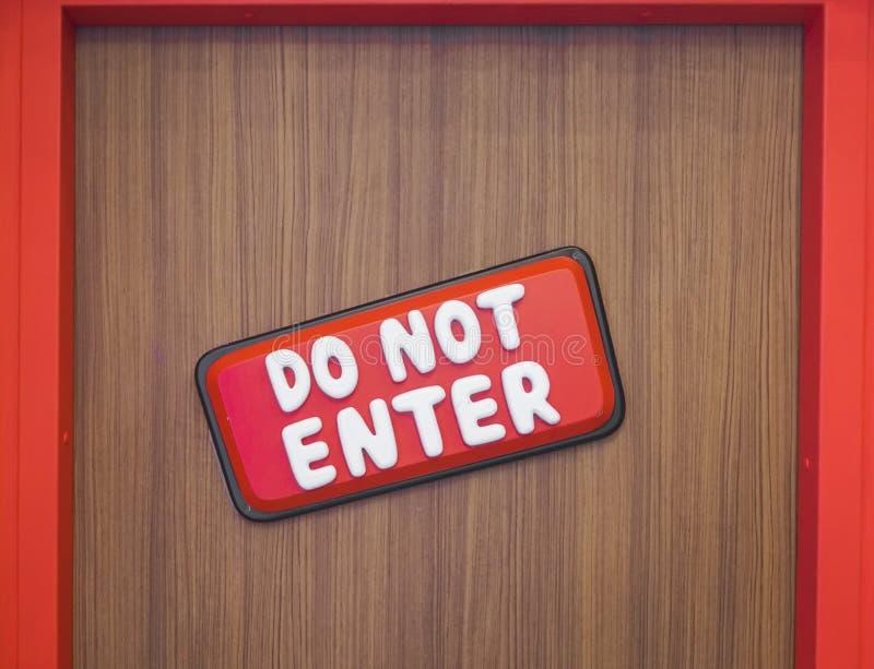 Μην εισάγετε το σημάδι ΜΗΝ ΕΙΣΑΓΕΤΕ ή η περιοχή περιορισμού στην πόρτα με τα κινούμενα σχέδια κοιτάζει και αισθάνεται Σημάδι για  στοκ εικόνα με δικαίωμα ελεύθερης χρήσης