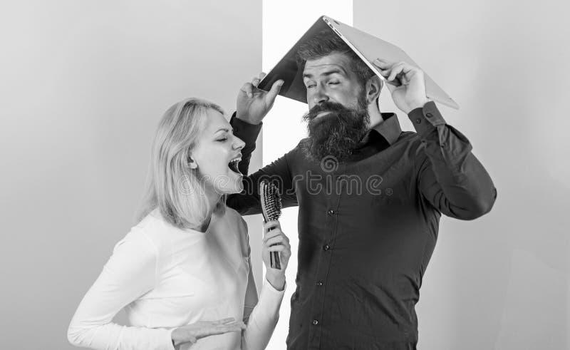 Μην μπορέστε να σταματήσετε το τραγούδι στο κεφάλι της Καλύτερα τραγουδήστε στο ταλέντο παρουσιάζει απ'ό, τι στην εργασία Η κυρία στοκ φωτογραφία με δικαίωμα ελεύθερης χρήσης