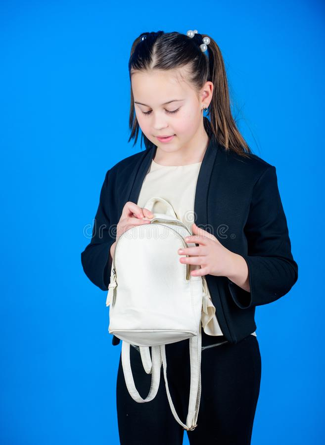 Μην ξεχάστε το σακίδιο πλάτης σας Μάθετε πώς κατάλληλο σακίδιο πλάτης σωστά Το κορίτσι λίγο μοντέρνο cutie φέρνει το σακίδιο πλάτ στοκ φωτογραφία