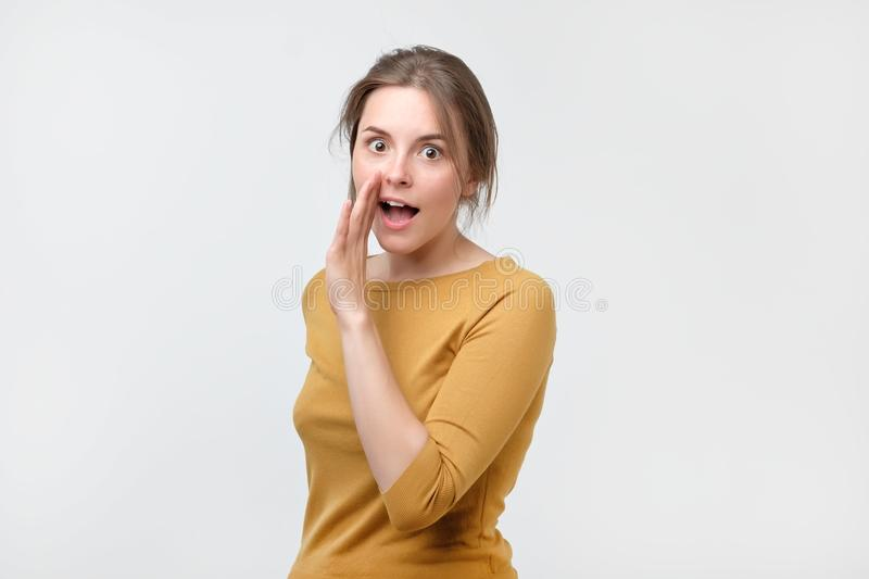 Μην πέστε σε καθέναν την έννοια Ο ομιλητικός έφηβος στο κίτρινο πουλόβερ λέει τις μυστικές ειδήσεις εξετάζοντας τη κάμερα στοκ φωτογραφία με δικαίωμα ελεύθερης χρήσης