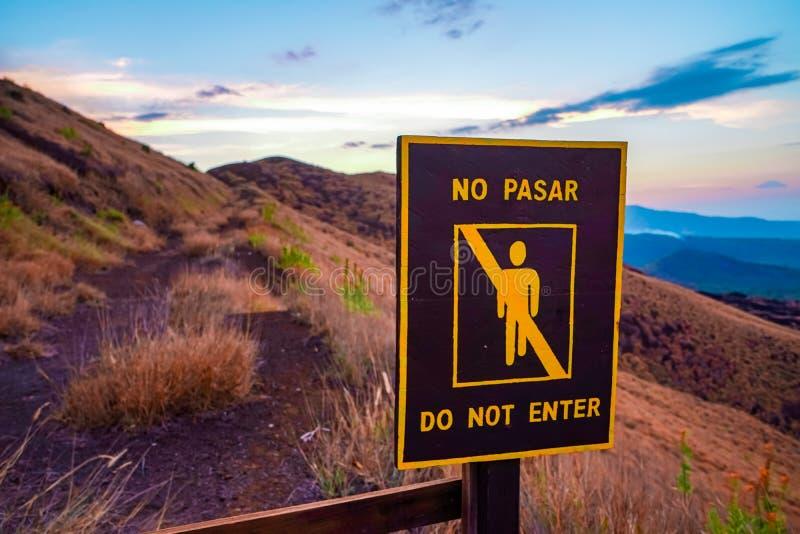 Μην περάστε singn γραπτός στα αγγλικά και ισπανικά σε έναν λόφο σε Masaya Νικαράγουα στοκ φωτογραφία