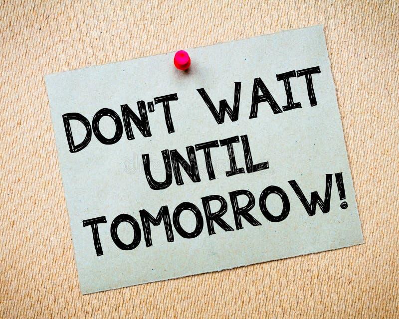 Μην περιμένετε μέχρι το κινητήριο μήνυμα του αύριο στοκ φωτογραφία