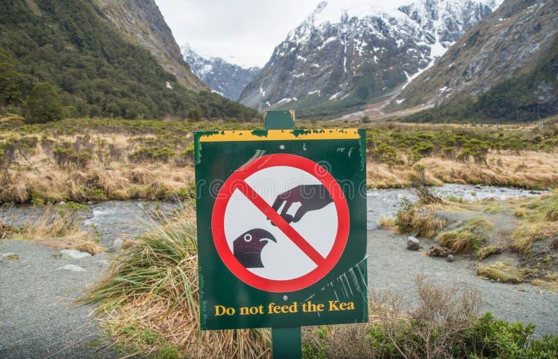Μην ταΐστε στο σημάδι πουλιών της Kea στον κολπίσκο πιθήκων ένα όμορφο σημείο στο δρόμο στον ήχο Milford στο νότιο νησί της Νέας  στοκ φωτογραφίες με δικαίωμα ελεύθερης χρήσης