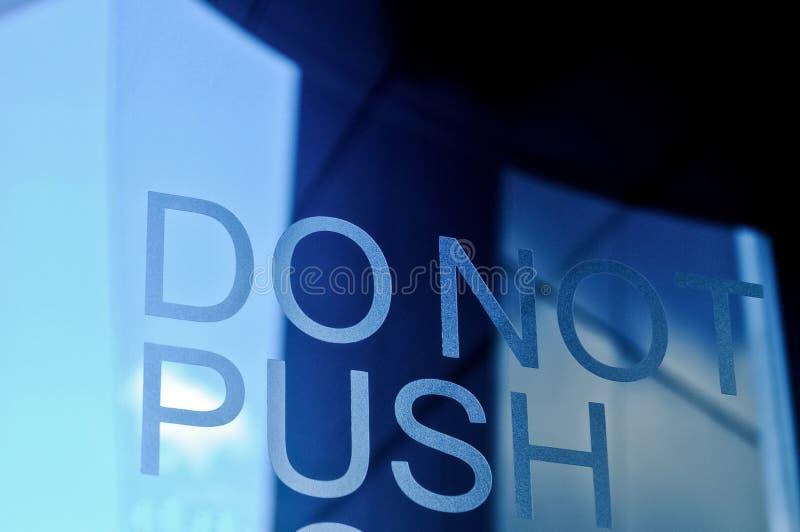 ΜΗΝ ΩΘΗΣΤΕ τη διαφανή μπλε πόρτα ταλάντευσης στοκ εικόνα με δικαίωμα ελεύθερης χρήσης