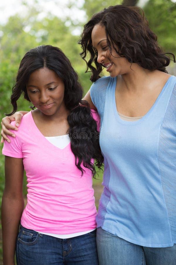 Μητέρα αφροαμερικάνων και το daugher της στοκ εικόνα