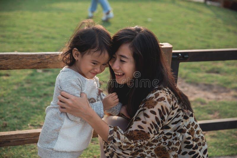 Μητέρα ευτυχίας πορτρέτου και το παιδί της στοκ φωτογραφίες με δικαίωμα ελεύθερης χρήσης