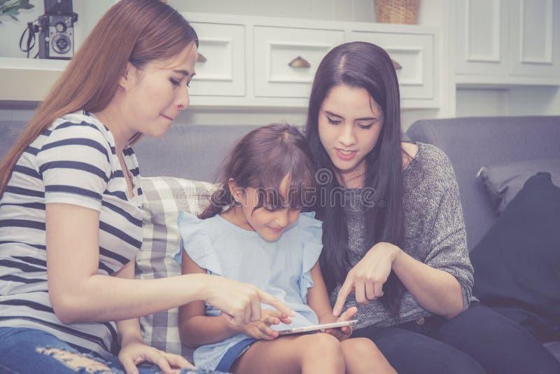 Μητέρα, θεία και παιδί που έχει το χρόνο που μαζί με τη χρησιμοποίηση tabMother, θεία και παιδί που έχουν το χρόνο που μαζί με τη στοκ φωτογραφίες