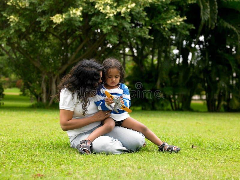 μητέρα κήπων παιδιών στοκ φωτογραφία με δικαίωμα ελεύθερης χρήσης