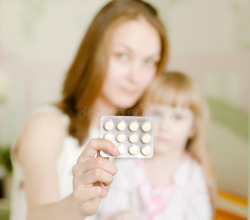 Μητέρα και άρρωστο κορίτσι στοκ εικόνες