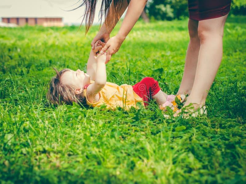 Μητέρα και λίγη κόρη που παίζουν από κοινού στοκ φωτογραφία