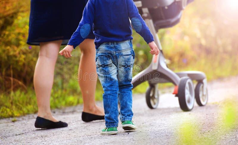 Μητέρα και γιοι που απολαμβάνουν τη ζωή μαζί έξω στοκ φωτογραφία με δικαίωμα ελεύθερης χρήσης