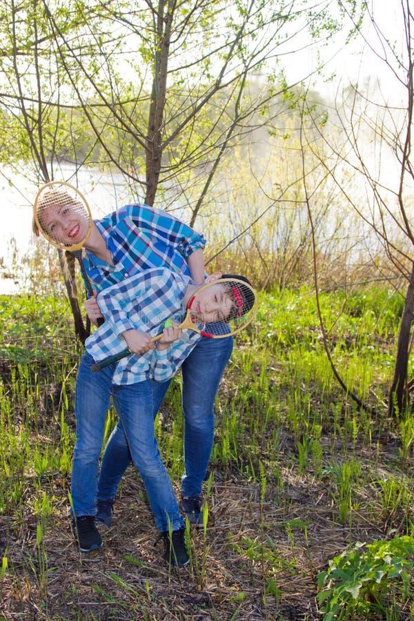 Μητέρα και γιος με τη ρακέτα μπάντμιντον στοκ εικόνες με δικαίωμα ελεύθερης χρήσης