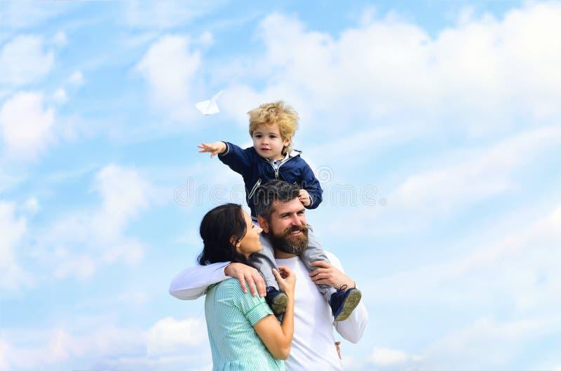 Μητέρα και γιος πατέρων στο πάρκο Ελευθερία να ονειρευτεί - χαρούμενο παιχνίδι αγοριών με το αεροπλάνο εγγράφου Οικογενειακός χρό στοκ εικόνες