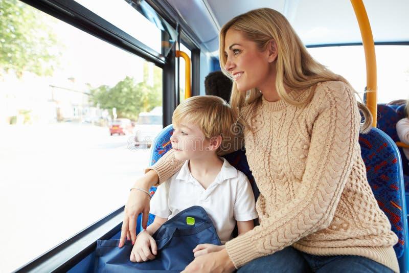Μητέρα και γιος που πηγαίνουν στο σχολείο στο λεωφορείο από κοινού στοκ εικόνα με δικαίωμα ελεύθερης χρήσης