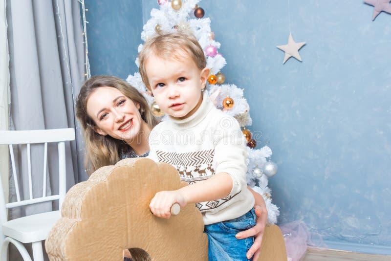 Μητέρα και γιος που προετοιμάζονται για τα Χριστούγεννα στοκ εικόνες