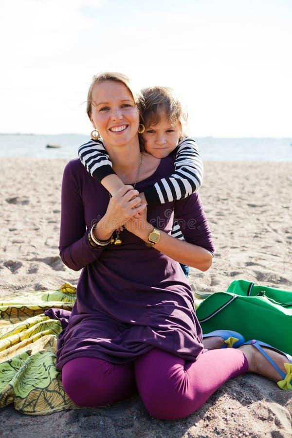 Μητέρα και γιος στην παραλία. στοκ εικόνες με δικαίωμα ελεύθερης χρήσης