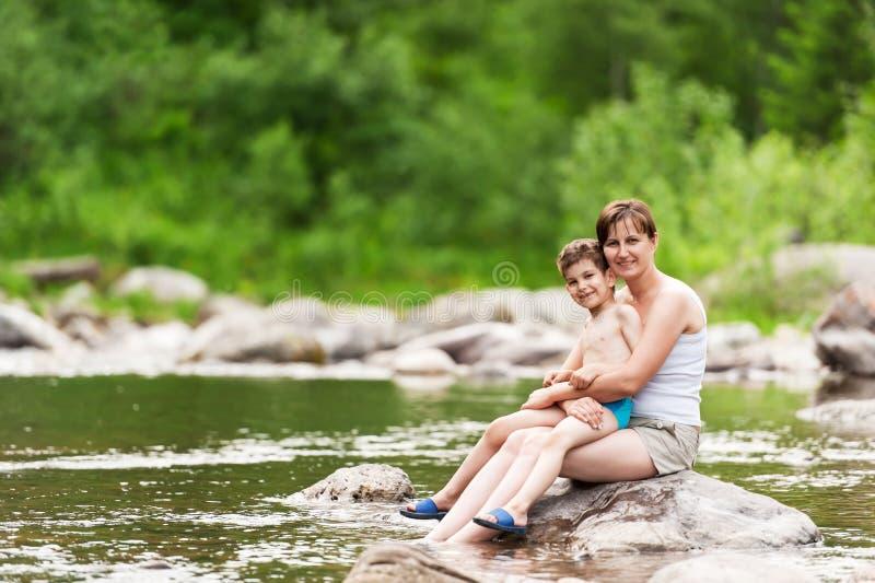 Μητέρα και γιος στον ποταμό στοκ εικόνες με δικαίωμα ελεύθερης χρήσης