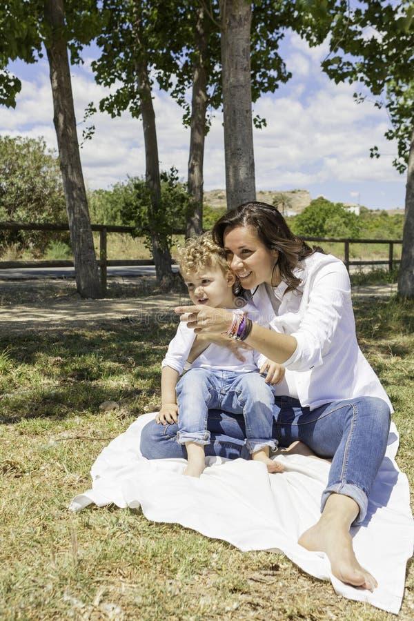 Μητέρα και γιος στον τομέα στοκ φωτογραφία με δικαίωμα ελεύθερης χρήσης