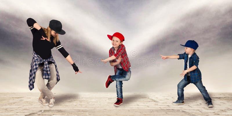 Μητέρα και δύο χιπ-χοπ χορού γιων lifestyle urban Παραγωγή χιπ-χοπ στοκ εικόνα με δικαίωμα ελεύθερης χρήσης