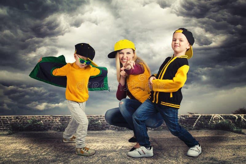 Μητέρα και δύο χιπ-χοπ χορού γιων lifestyle urban Παραγωγή χιπ-χοπ στοκ εικόνες με δικαίωμα ελεύθερης χρήσης