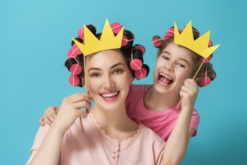 Μητέρα και η κόρη της με τα εξαρτήματα εγγράφων στοκ φωτογραφία