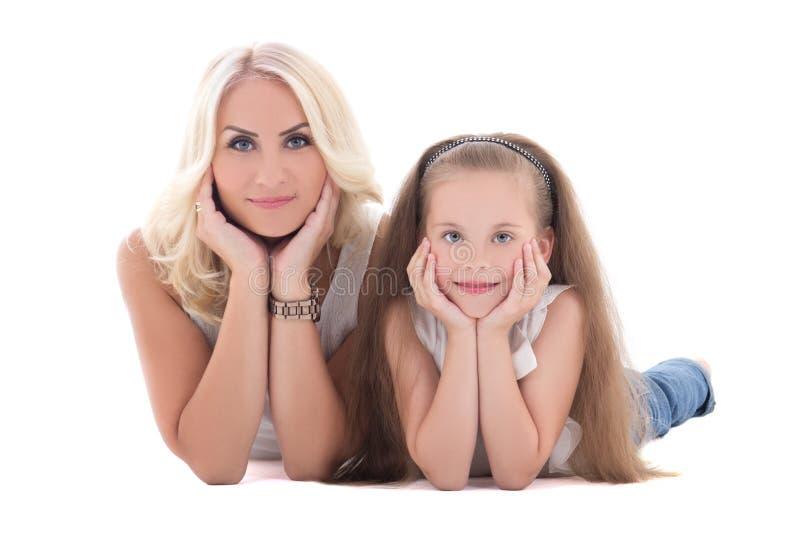 Μητέρα και η κόρη της που βρίσκονται στο πάτωμα που απομονώνεται στο λευκό στοκ εικόνες