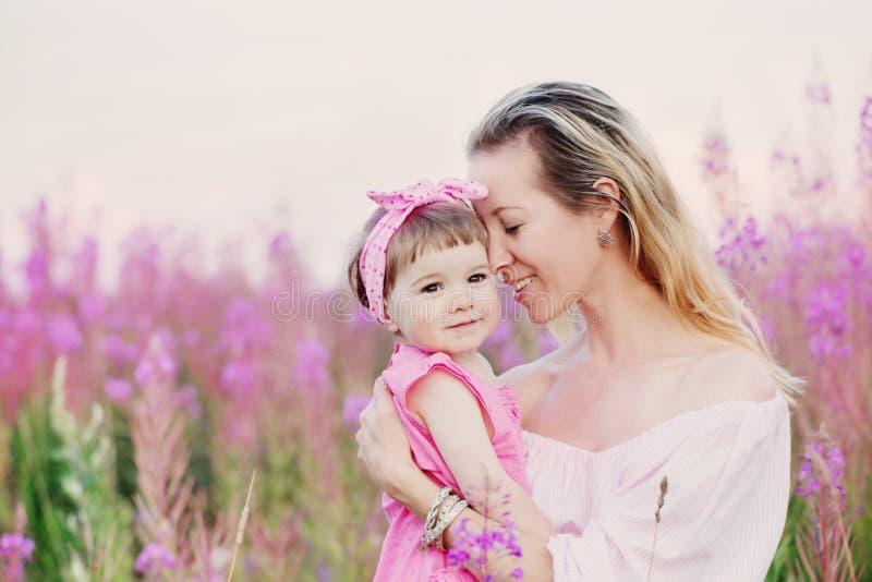 Μητέρα και η κόρη της υπαίθριες στοκ εικόνες