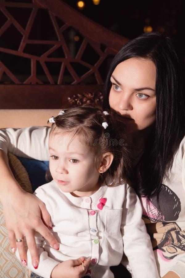 Μητέρα και η μικρή κόρη της σε έναν καφέ στοκ φωτογραφίες με δικαίωμα ελεύθερης χρήσης