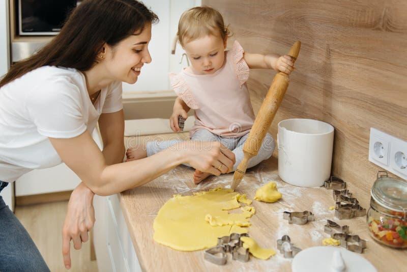 Μητέρα και κοριτσάκι που κατασκευάζουν τα σπιτικά μπισκότα στοκ εικόνα