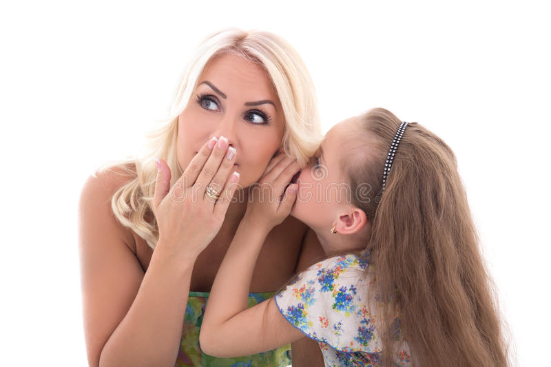 Μητέρα και κόρη ένα μυστικό ψιθύρισμα που απομονώνεται που μοιράζονται στο μόριο στοκ φωτογραφίες