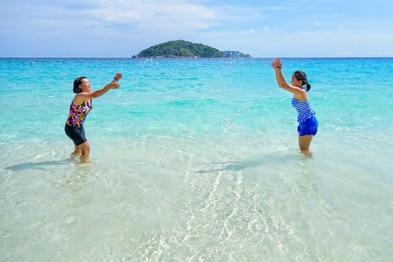 Μητέρα και κόρη ευτυχείς στην παραλία στοκ εικόνα