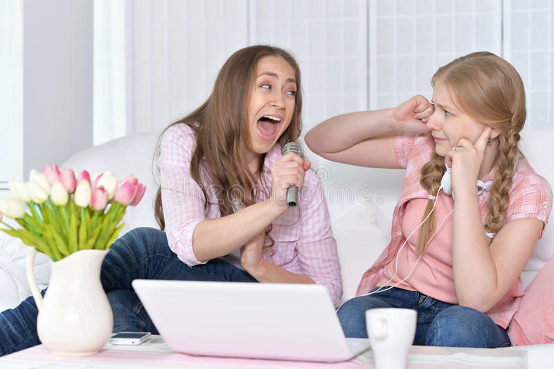 Μητέρα και κόρη με τα μικρόφωνα στοκ φωτογραφία με δικαίωμα ελεύθερης χρήσης