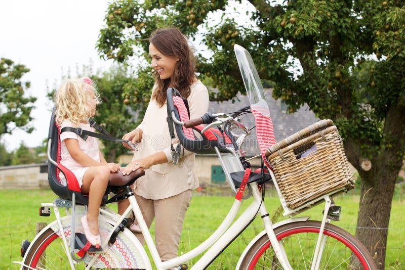 Μητέρα και κόρη με το ποδήλατο στο πάρκο στοκ φωτογραφίες
