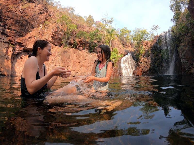 Μητέρα και κόρη που έχουν τη διασκέδαση στην Αυστραλία Βόρεια Περιοχών πτώσεων της Φλωρεντίας στοκ εικόνες