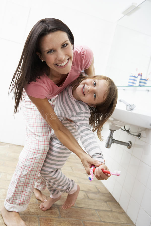 Μητέρα και κόρη που έχουν τη διασκέδαση στα δόντια βουρτσίσματος λουτρών στοκ φωτογραφίες