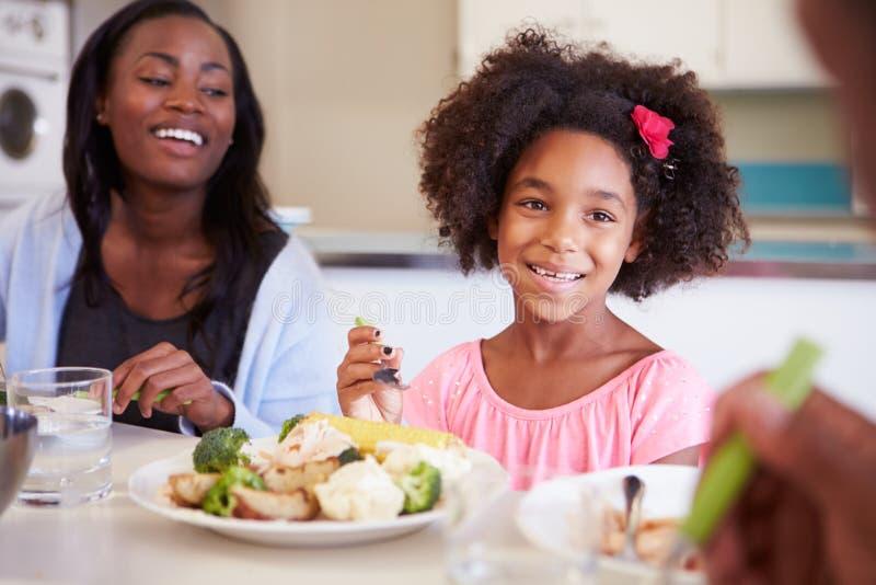 Μητέρα και κόρη που έχουν το οικογενειακό γεύμα στον πίνακα στοκ φωτογραφία με δικαίωμα ελεύθερης χρήσης