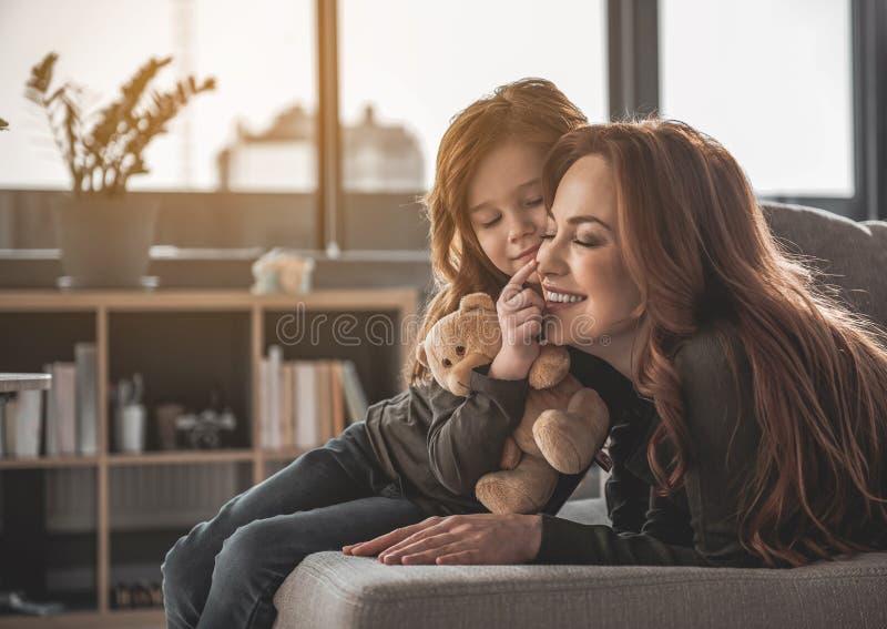 Μητέρα και κόρη που απολαμβάνουν η μια την άλλη στο σπίτι στοκ φωτογραφίες με δικαίωμα ελεύθερης χρήσης